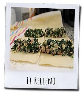 Het mengsel van kaas, vlees en groente wordt netjes over de voorgegaarde deegbladen verdeeld