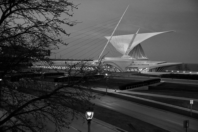 The Start of the Early Spring Night at the Milwaukee Art Museum / North Lincoln Memorial Drive