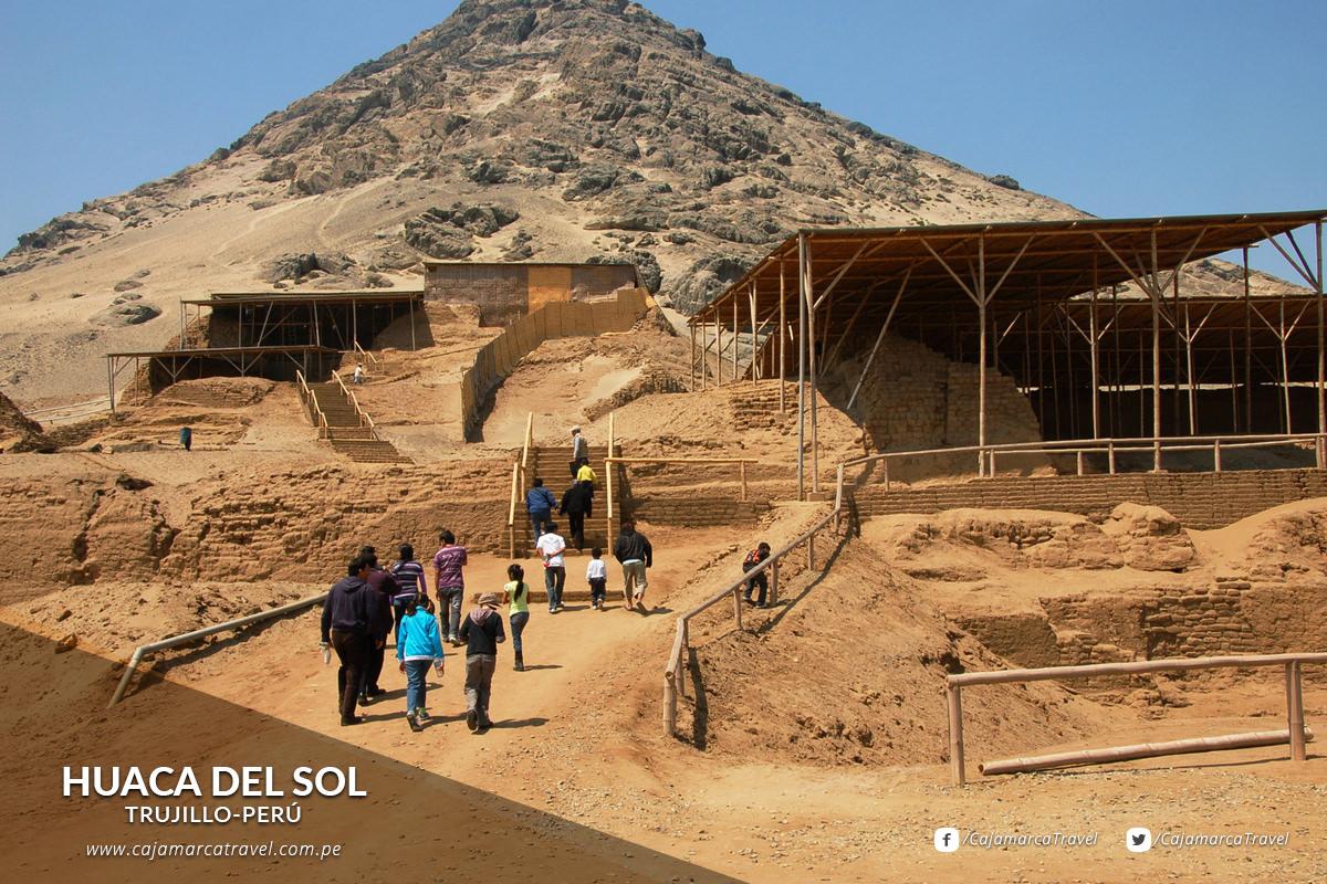 Pirámide escalonada de aproximadamente 43 metros de altura.