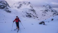 Piotr na lodowcu Vedretta di Scerscen. W tle szczyt Crast
