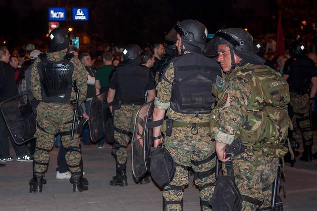 Skopje 16. april 2016. De protesterende bliver endnu engang stoppet. Denne gang forhindres de i at nå frem til regeringsbygningen. Senere på aftenen får de dog lov at passere.