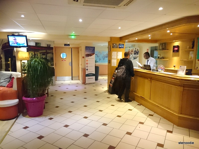 Lobby of Comfort Hotel CDG Airport