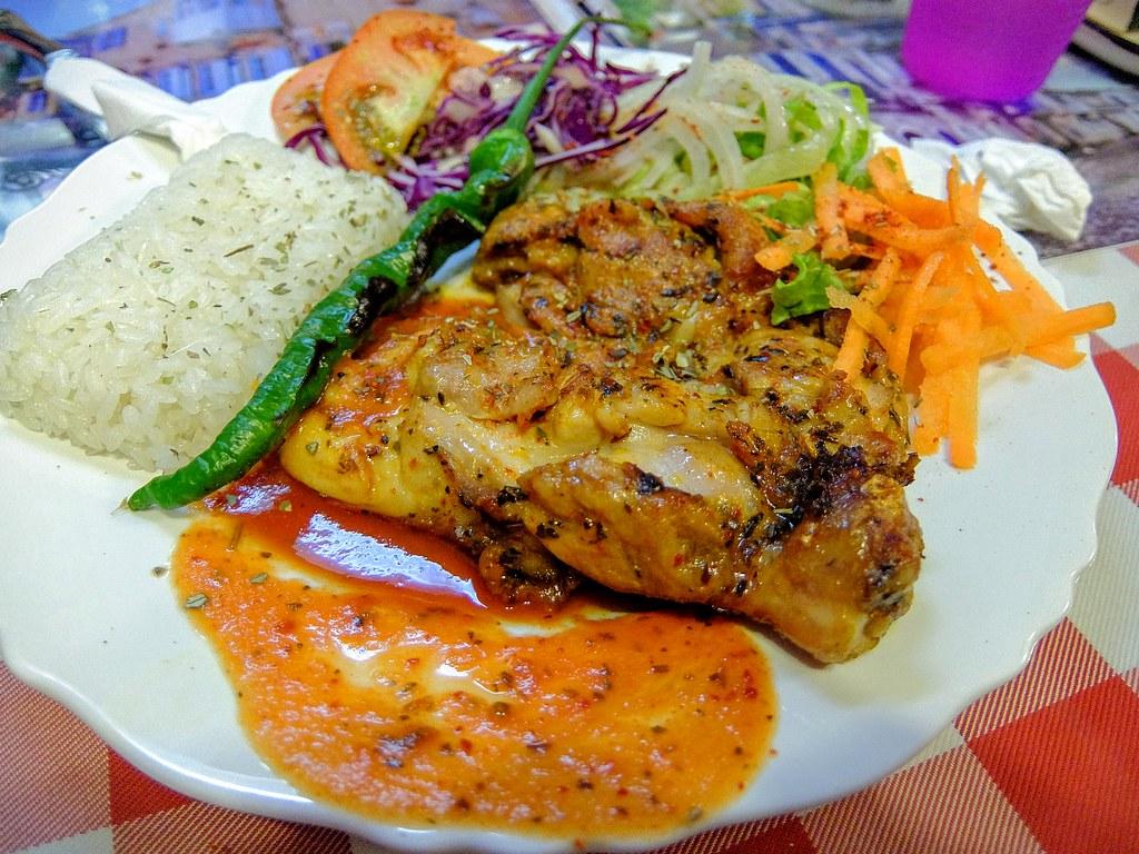 雞腿排,一大塊雞腿醃製後去煎...旁邊則有許多生菜...略鹹一些,搭著飯吃到是還ok..