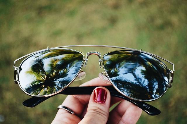 óculos refletindo coqueiros