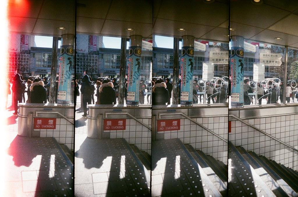 渋谷 Shibuya, Japan / AGFA VISTAPlus / SuperSampler Dalek 在路邊換底片,那時候陽光很強烈,所以用這台四格相機拍,因為他暗一點就拍不到了。  渋谷的大馬路,在這裡也停留了一下,也拍了很多過馬路的照片。  SuperSampler Dalek AGFA VISTAPlus ISO400 8278-0002 2016/02/07 Photo by Toomore