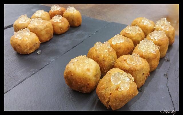 Croquetas de puchero con falso caviar de malvasía