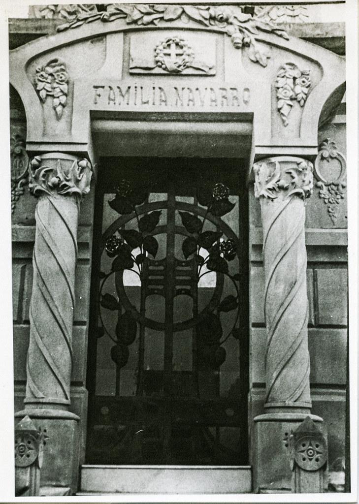 José Tejados (Labor de forja). Puerta de un panteón del cementerio. Vico, Santiago 3