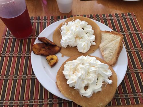 """Tegucigalpa: """"panqueques con crema"""", le petit-déjeuner du jeudi à notre hôtel. Pour ceux qui n'aime pas la chantilly, c'est foutu ! ;)"""