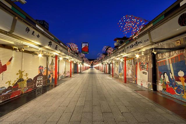 夜明け前の浅草寺仲見世通りの写真