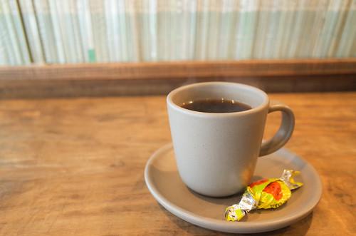 吹雪の日、BOOKS f3で写真集を見ながらコーヒーを飲む