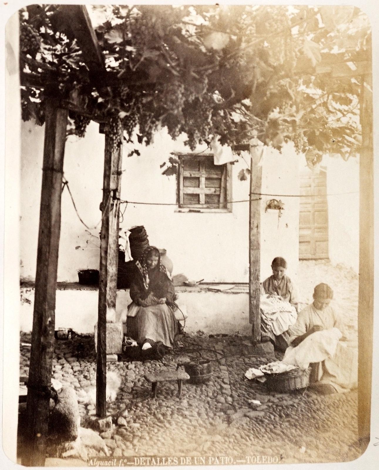 Cosiendo en un patio de Toledo hacia 1879. Álbum de la National Gallery con fotos de Casiano Alguacil.