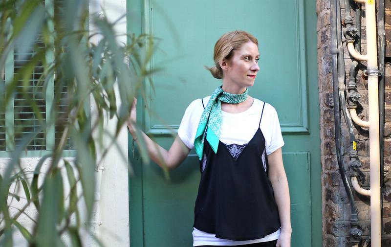 foulard choker et nuisette sur t-shirt