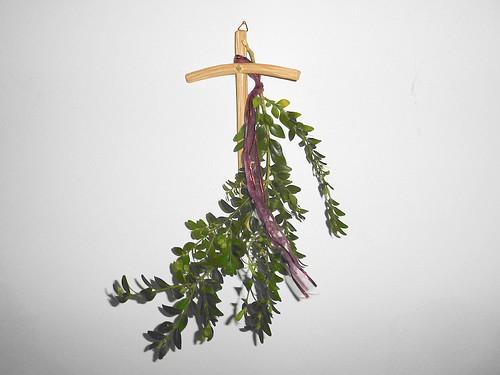 Kreuz mit Palmarumzweigen
