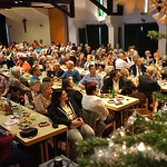 Das Publikum im festlich geschmückter Saal des St. Peter und Paul Gemeindezentrums