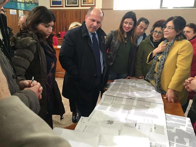 Il sindaco Vitto e i commercianti di via Roma osservano il progetto