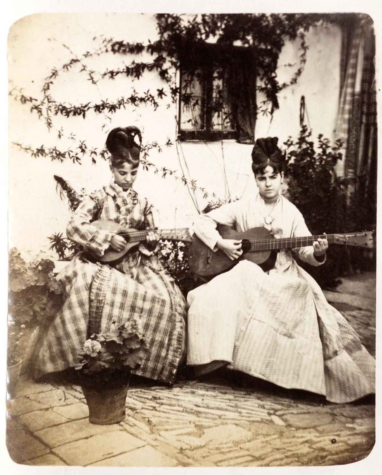 Jóvenes tocando el laúd y la guitarra en Toledo hacia 1879. Álbum de la National Gallery con fotos de Casiano Alguacil.