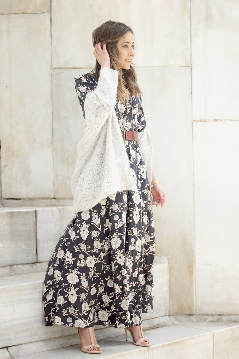 Maxi dress with floral print nude sandals beige cardigan outfit01