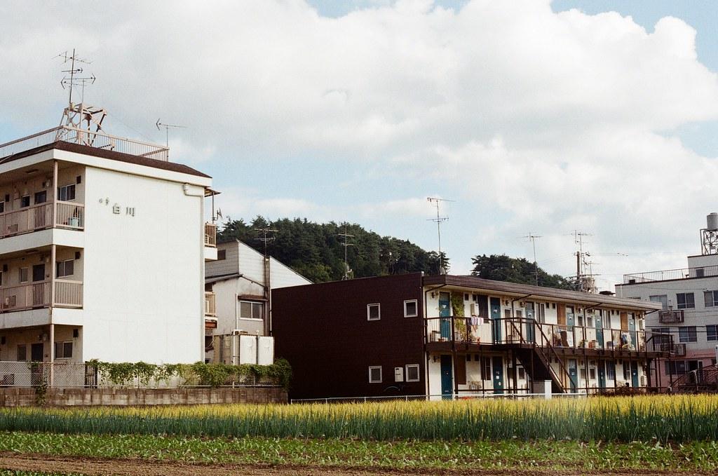 白川通 Kyoto / Kodak ColorPlus / Nikon FM2 2015/09/27 來到了白川通這邊的住宅區裡,那時候真的沒想什麼,因為下午的街道很安靜,我就在這裡隨意走、隨意拍,不看地圖,反正沒有很趕著要到哪裡,京都就這麼大,就算迷了路,也跑不到多遠去。  在一個路口停留了一下,因為發現了一些很可愛的景象,一個路口有滑板少年經過、騎腳踏車的男子、長髮豪邁的阿伯還有電動代步車的阿桑!  這個社區的下午真的有點可愛!  我記得我在這裡悠閒的拍完一捲底片!  Nikon FM2 Nikon AI Nikkor 50mm f/1.4S Kodak ColorPlus ISO200 0986-0032 Photo by Toomore
