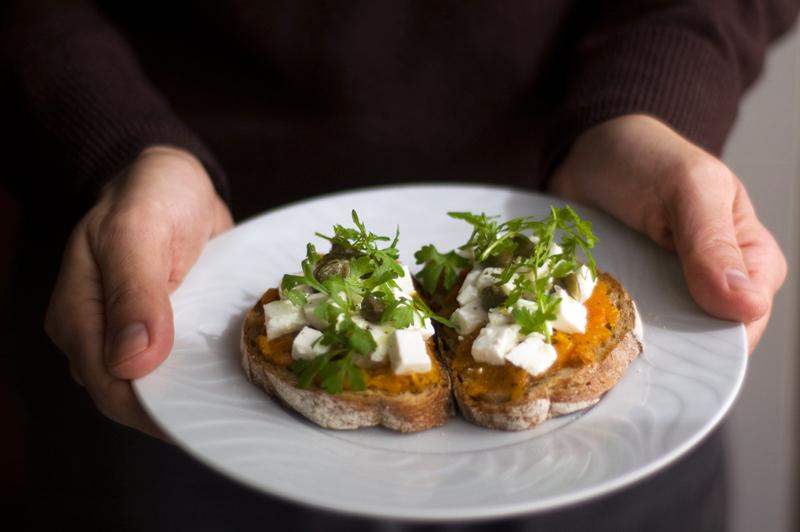 Tartines de abóbora assada e sementes de papoila com queijo fresco e alcaparras