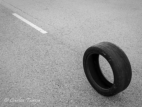 Composición con rueda y marca vial