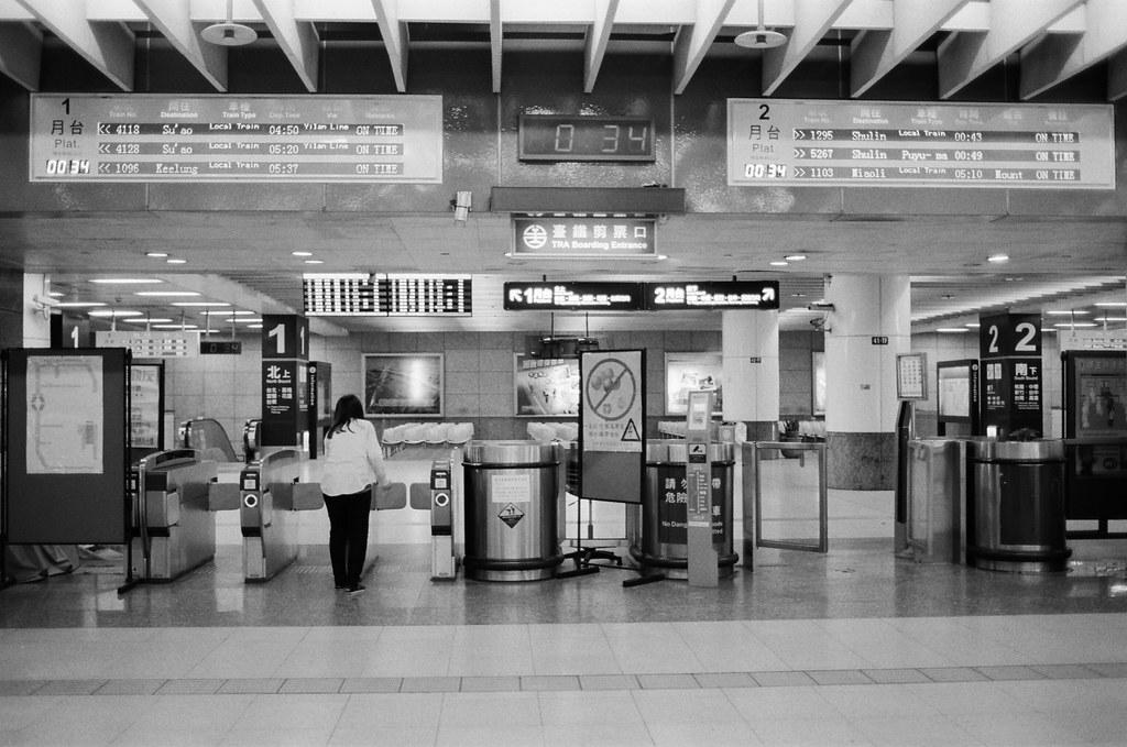 不是沒有家可以回,只是流浪讓我有想家的感覺 / Kodak 400TX / Nikon FM2 2016/01/02 送我妹到板橋客運站搭車回高雄後,我自己裝了一捲黑白底片在板橋客運站、火車站走走拍拍。  沒有人的車站總是會讓我想起在日本流浪的時候,看到合適的角落就想要把包包放下來打地鋪準備睡覺。  不是沒有家可以回,只是流浪讓我有想家的感覺、讓我有學著自己長大的感覺。  Nikon FM2 Nikon AI AF Nikkor 35mm F/2D Kodak TRI-X 400 / 400TX 6289-0014 Photo by Toomore