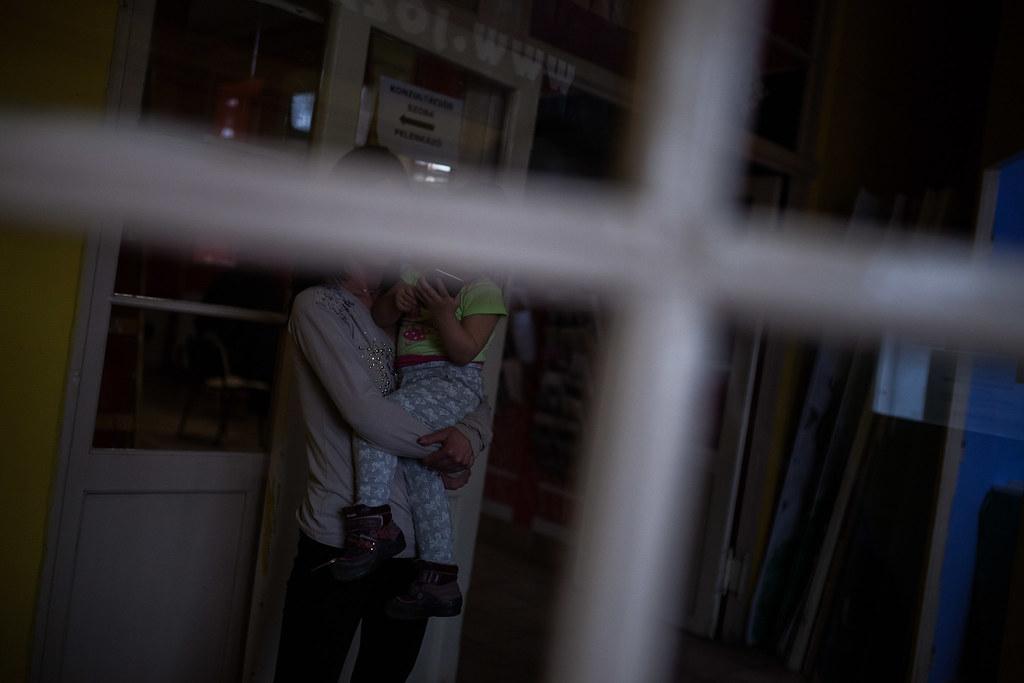 Fiatal anyuka kislányával a Klub kapujánál. A szülés utáni utógondozásra nagyon nagy hangsúlyt fektetnek | Fotó: Magócsi Márton
