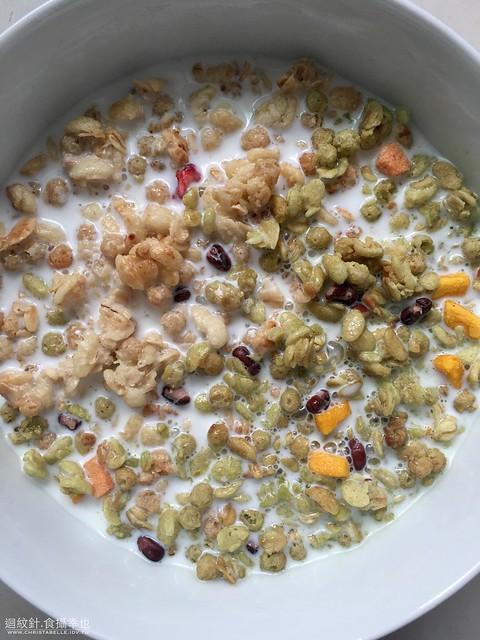Calbee 卡樂B水果顆粒穀物營養麥片