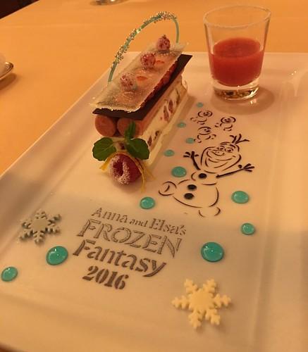 アナとエルサのフローズンファンタジー エンパイアディナー、デザートはヌガーグラッセとストロベリーソース。こりゃすごい。