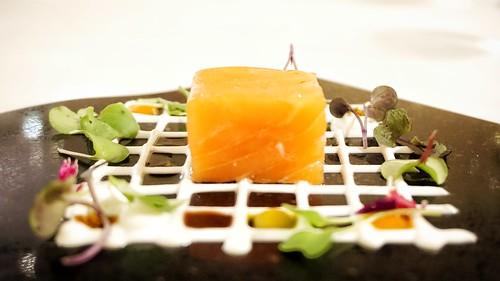 Taco de salmón ahumado con yogur, aceite de vainilla y germinados