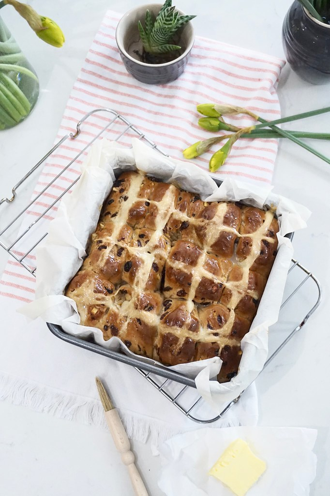 hot cross buns,katecooks,katecooks hot cross buns,easy hot cross bun recipe,hot cross buns recipe,easter cooking,easy cooking,baking,easy baking,food,food photography,food styling