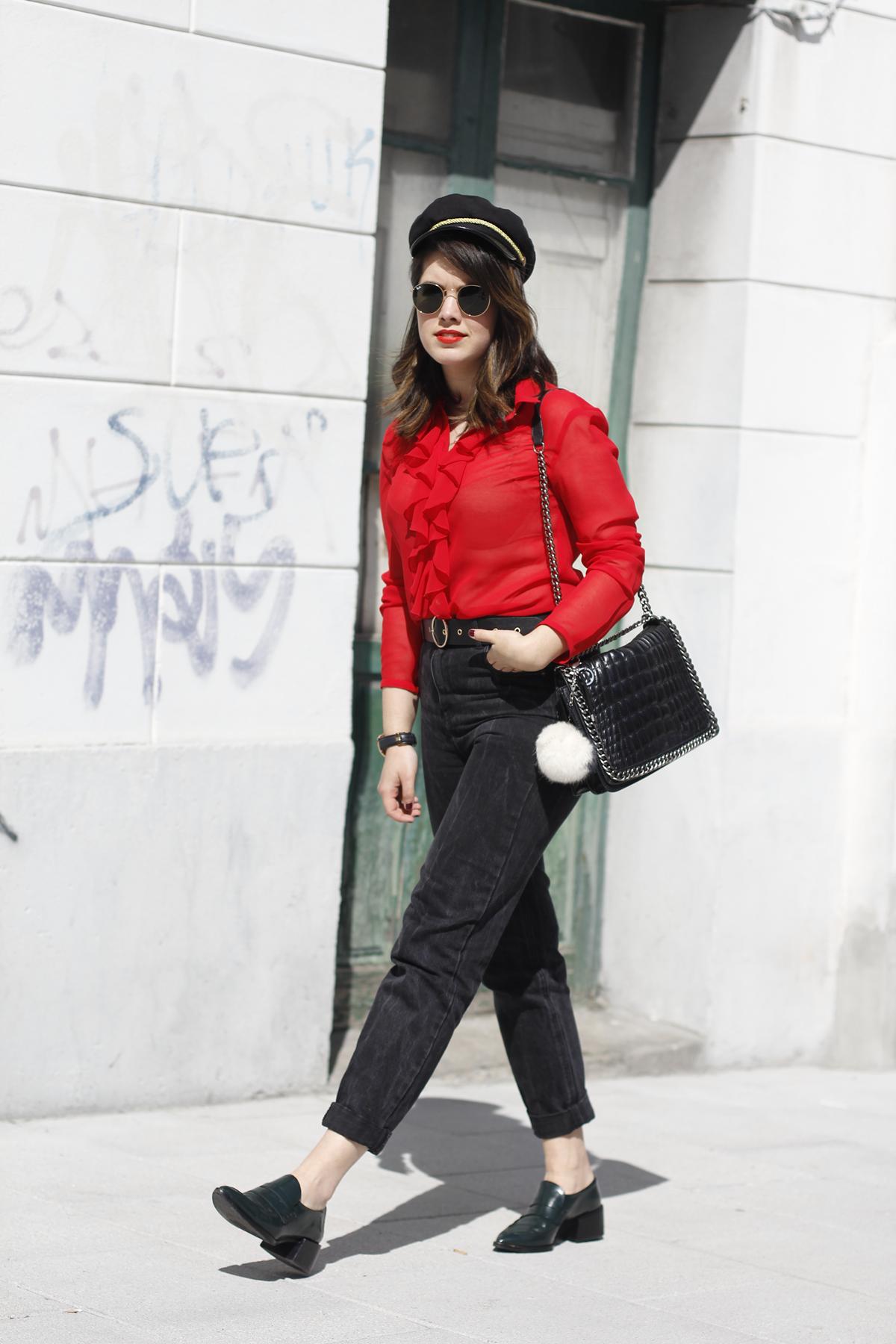 Blusa roja de la pipa de la paz confeccionada en galicia con mom jeans y gafas redondas rayban streetstyle 4