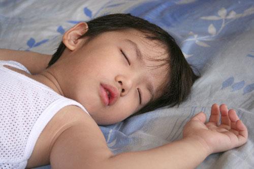Trẻ đổ mồ hôi trộm khi ngủ có đáng lo?