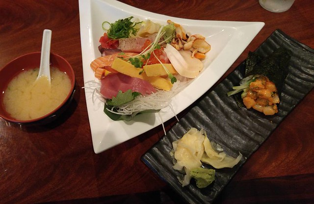 Chirashi bowl, spicy scallop hand roll, Oshima Sushi
