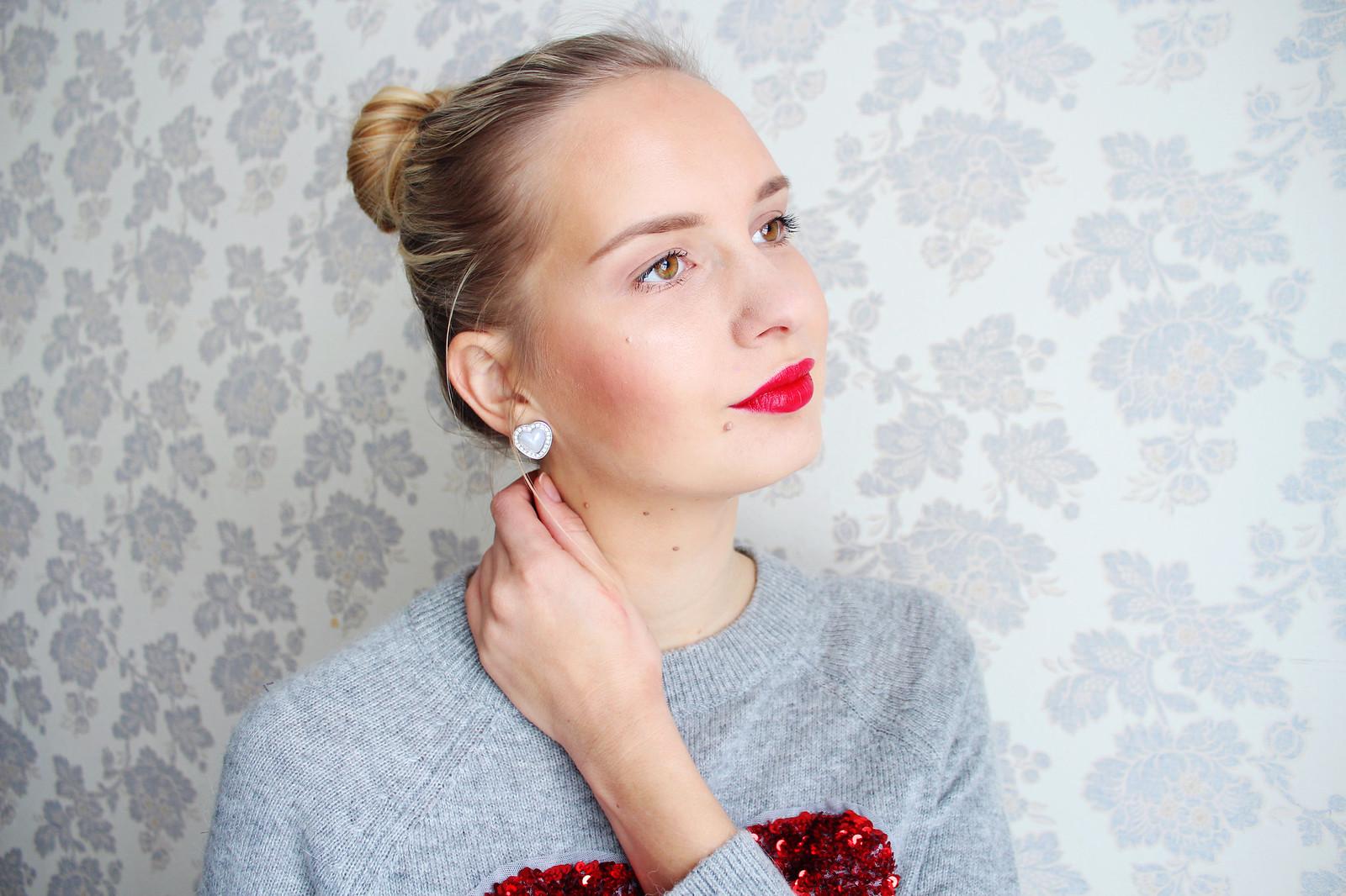 Red lipstick makeup look