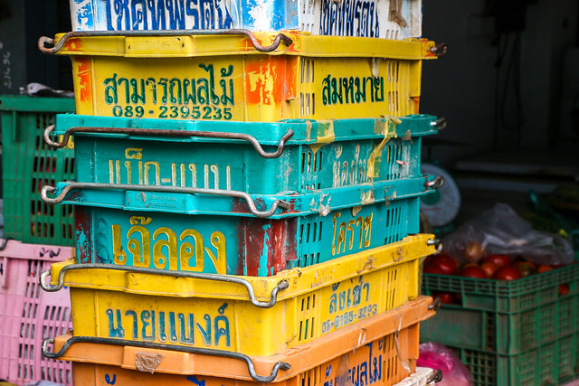 Colorful baskets in Talat Phosi market, Luang Prabang, Laos ルアンパバーン、タラート・ポーシー市場のカラフルなバスケット
