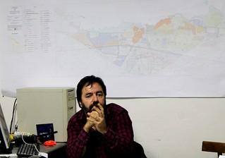 angelo focarelli e alle spalle la mappa di Polignano