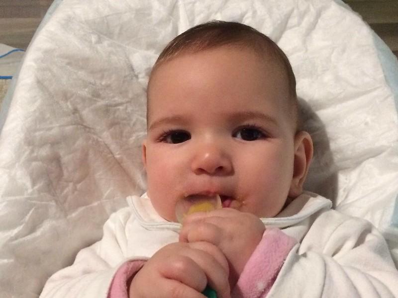 Eva comiendo