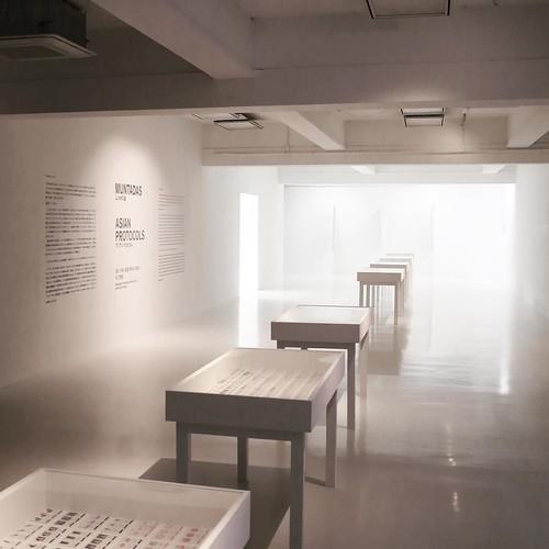 スペイン人のアーティストが、アジアの「プロトコル」を探る。記号化された概念。通則。見えない決まり。社会が機能する上でのルール。
