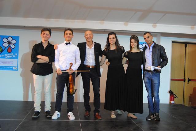 Il presidente della Fidas Giuseppe Giuliano con i musicisti e i ballerini dell'ANAD