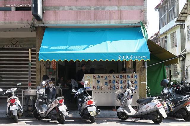 24150808159 b1413e72a1 z - 【台中東區】進德路拉仔麵:位於梅笙蛋糕對面的無名炒麵攤,炒麵簡單樸實,用餐時間人很多,湯料也很多很多,台灣人的正統早午餐