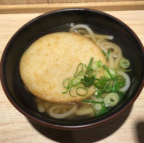 博多に着きました。ちょっと遅い昼食は軽く博多名物(?)丸天うどんで。^^