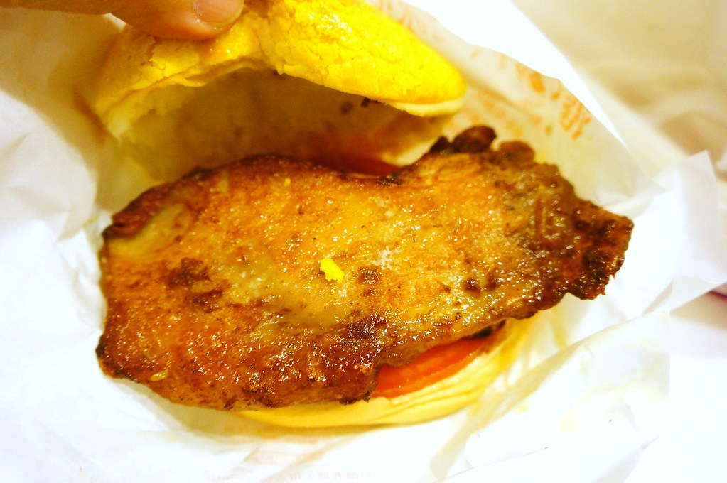 這是雞扒菠蘿包,跟剛剛只差在肉而已..豬扒比較鹹一些,但搭著菠蘿吃剛剛好;雞扒相較之下較淡,如果是我選擇的話,我比較喜歡豬扒菠蘿包