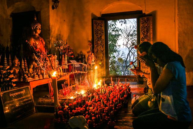 Women praying at Wat Chom Si, Luang Prabang, Laos ルアンパバーン、プーシーの丘の寺院で祈る女性たち