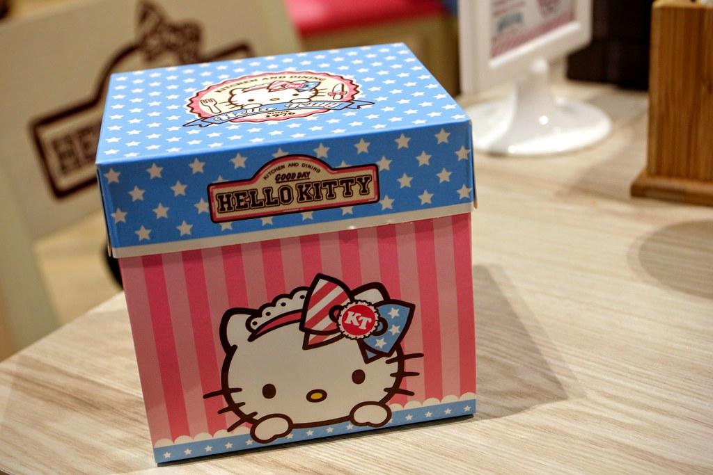 蛋糕,我們選擇外帶,所以多了這個很漂亮的盒子!