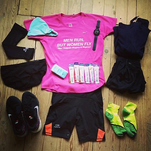 Marathonoutfit ligt klaar! Een mengeling tussen #nikeplus #teamdecathlon en #garmin. En oude kleren om achter te laten aan de start. En veel #etixx gellekes voor onderweg. #roadtorotterdam2016