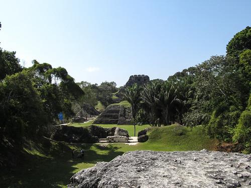 Xunantunich: vue sur le Castillo depuis le Shifting Palace