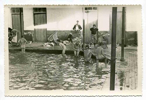 Colonia infantil de invierno en Villar del Pozo (Ciudad Real): Niños bañándose en el balneario