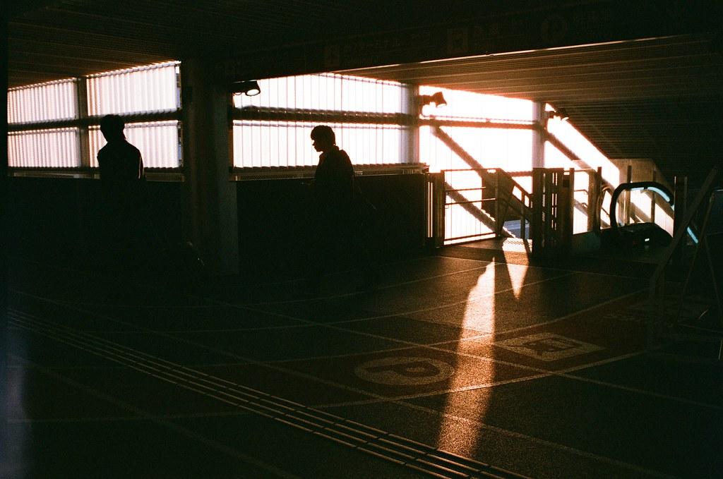 成田機場第三航站 Narita / AGFA VISTAPlus / Nikon FM2 2016/01/31 前一天禮拜六補上班,早上到公司的時候就把行李都背著。晚上就直接在市府轉運站搭車到桃園機場,一路上一直在想著還要不要繼續寄明信片,想的我頭很痛,一如往常,把所有可能發生的反應一一的全部思考一遍。  這趟出發很順利,班機沒有誤點。到了成田機場第三航站後也是先吃一碗拉麵等前往札幌的飛機。  成田機場第三航站想一想也來了好多次,下次改飛羽田機場好了。  Nikon FM2 Nikon AI AF Nikkor 35mm F/2D AGFA VISTAPlus ISO400 8264-0005 Photo by Toomore