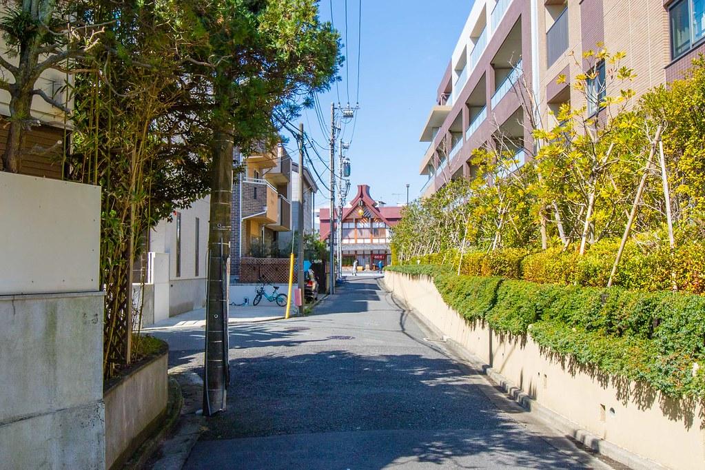 若宮大路の御代川(京料理店)が覗けています。
