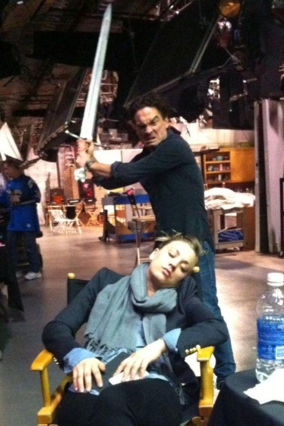Kaley duerme y Johnny con la espada